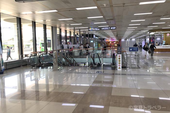金浦空港友利銀行前の空港鉄道へ向かうエスカレーター