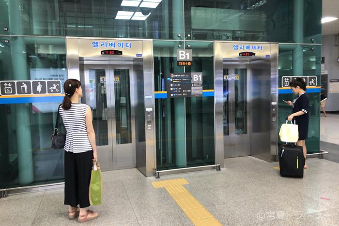 A'REX改札を通るとすぐにあるエレベーター